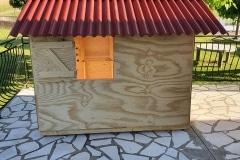 Un cabane de jardin pour les petits créée avec du bois de récupération fourni par Artstock, Blajan