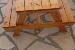 Un banc et table de picnic pour les petits créée avec du bois de récupération fourni par Artstock, Blajan