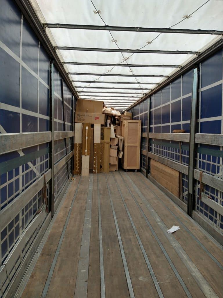 camion décor en cours de déchargement